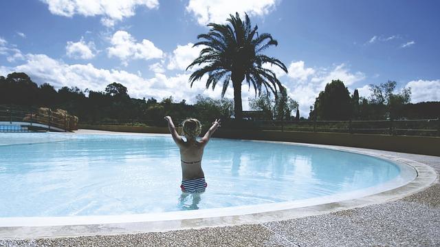 žena v bazéně