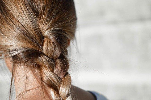 Rozpustiť, nešúchať a neupiecť. Viete čím svojim vlasom škodíte najviac?
