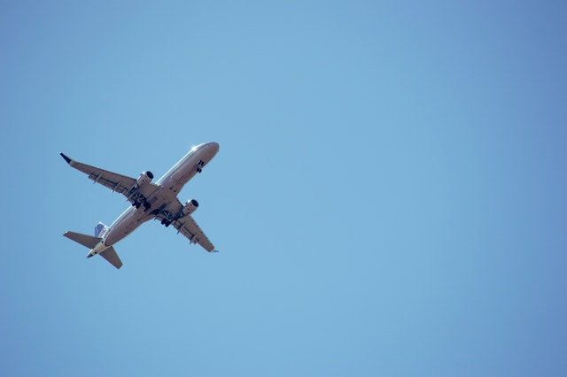 Lietadlo na modrej oblohe