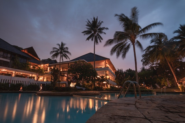 luxusný hotel s bazénom