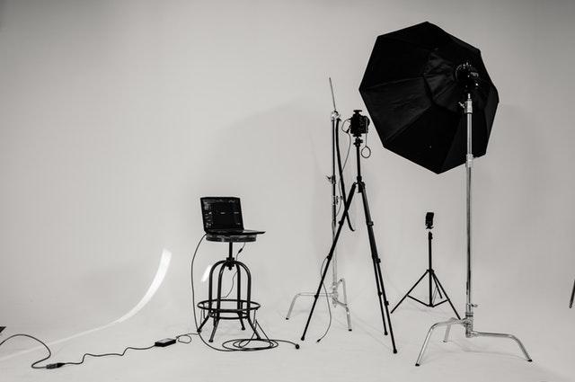 Ateliér v bielych farbách s vybavením na fotografovanie.jpg