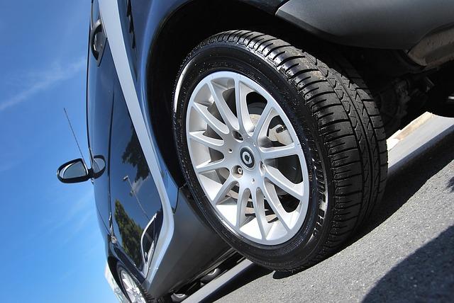 Pneumatika so strieborným diskom na čiernom automobile