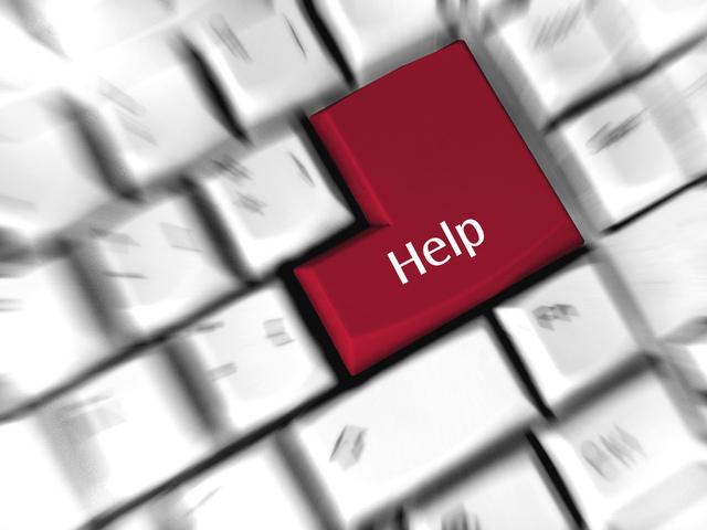 """Biela počítačová klávesnica s červeným tlačidlom """"HELP"""""""